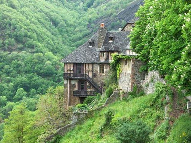 Quonques maison de pierres accrochée à la colline