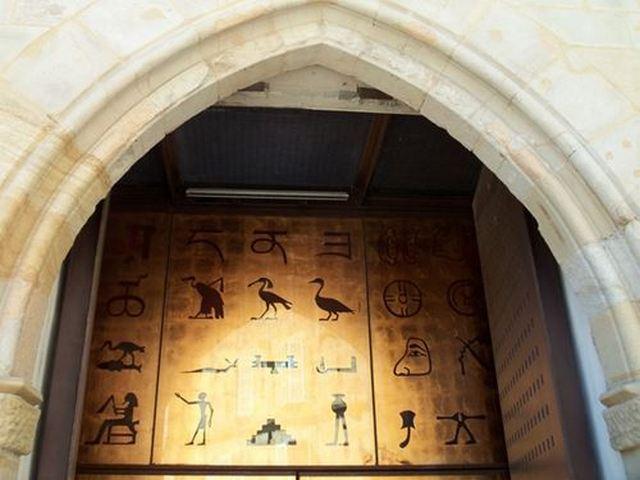 l'entrée du Musée Champollion à Figeac Lot