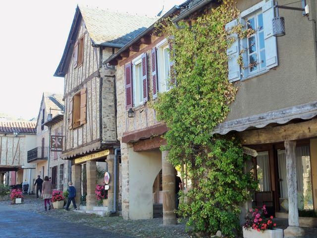 Ruelle place de Najac Aveyron village