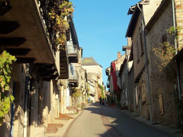 Rue principale village Najac