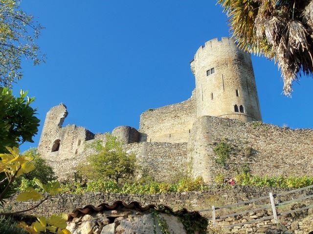 Najac son château fort dominant les gorges de l'Aveyron