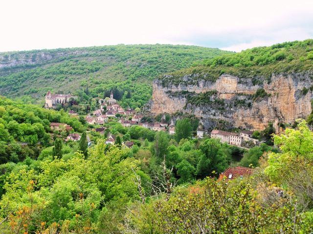 Cabrerets au fond de la vallée proche des grottes du Pech Merle
