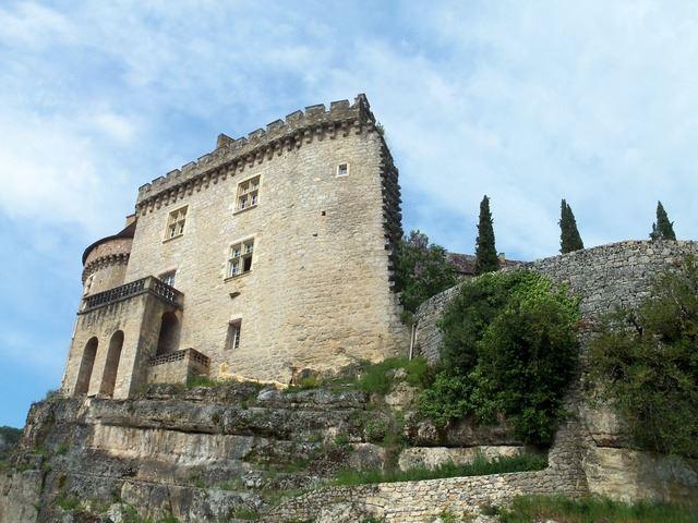 Le château de Cabrerets trône sur un promontoire et surplombe la rivière