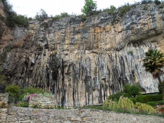 Cabrerets vue sur les falaises de calcaire
