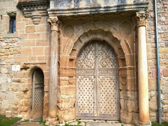 Château d'Assier porche d'entrée vielle porte