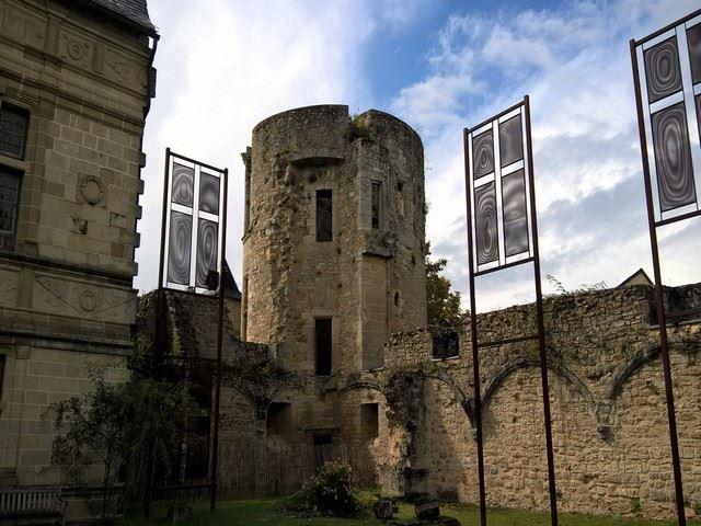 Château d'Assier tour et mur d'enceinte, vieilles pierres du Lot
