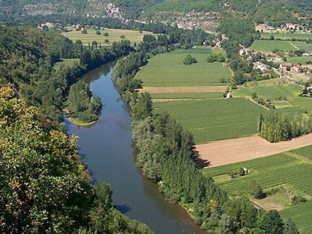 Le Lot paisible au fond d'une vallée